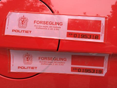 Knut og Henrik satte verdensrekord med sportsbilikonet Ford Mustang. Her i Kragerø kommune etter at tanken var gått tom og politiet bevitner både tripteller og at tanken var forseglet