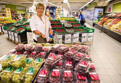 Dagligvarekunde Grete Bjøntegaard (70) fra Kolbotn setter pris på mesteparten av emballasjen hun finner i frukt- og grøntdisken.