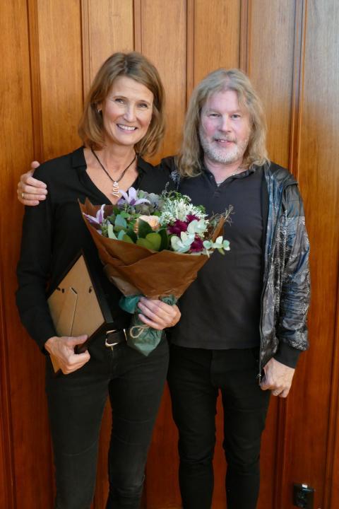 Årets svenska mästare i nyskrivna snapsvisor - Åsa Gunnarsson med juryns ordförande Staffan Hellstrand.