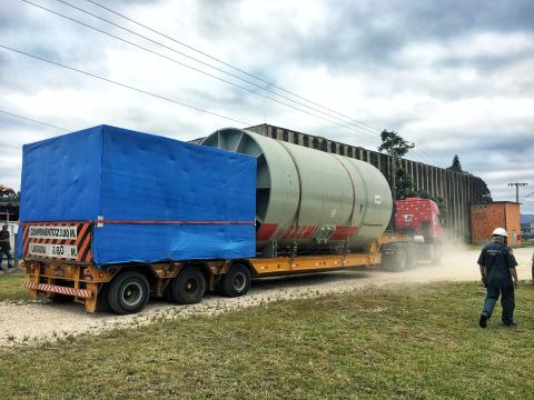 Heavy drum mill arrives at destination