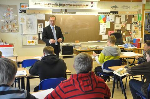 Utbildningsministern Jan Björklund undervisar i en klass i Väsby