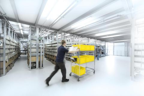 Ved batchplukning vil medarbejderen typisk have flere kasser på en vogn, en kasse til hver ordre.