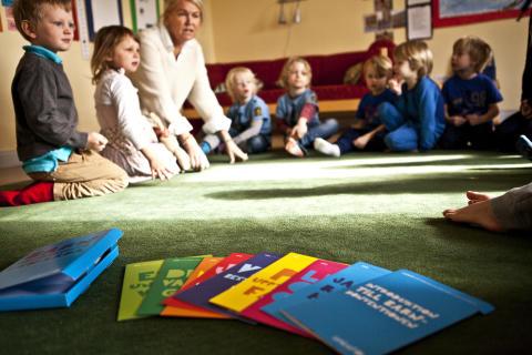 Gratis inspirationslåda om barnkonventionen till alla förskolor i Sverige