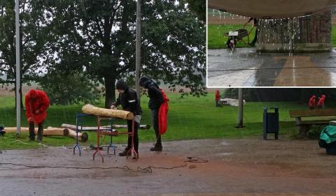 Spielplatzprojekt - auch bei Regen wird geschuftet...