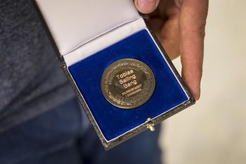 Tobias opnåede bronzemedalje for sit svendeprøve, selvom den foregik på krykker.