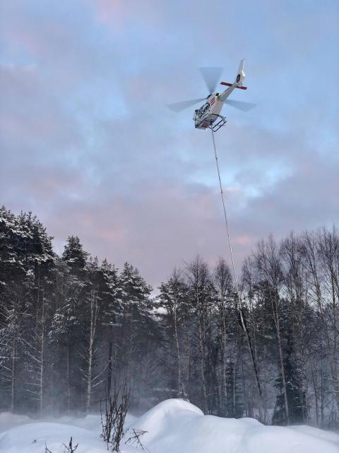 Helikopter med hengende sag skal kviste linjetraséer