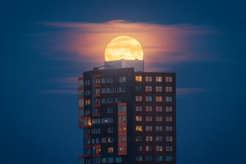Image of the supermoon from Benelux  by Albert Dros made possible by the pin-sharp resolution and defocusing capabilities of Sony's 70-200 G Master lens_von Sony_02