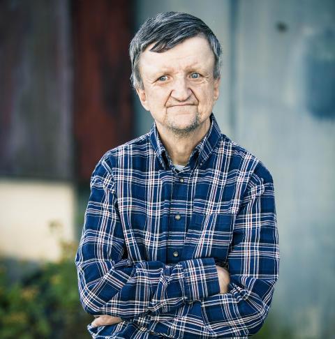 Nu reser Glada Hudik-teatern statyn av Bosse Östlin – och uppmanar svenska folket till ett kramkalas till hans minne