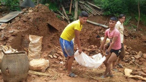 Aufräumarbeiten nach der Erdbebenkatastrophe