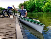 Rullstolsanvänadare paddlar kanot