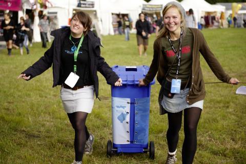 Pfandbecherjägerinnen auf Festivaltour
