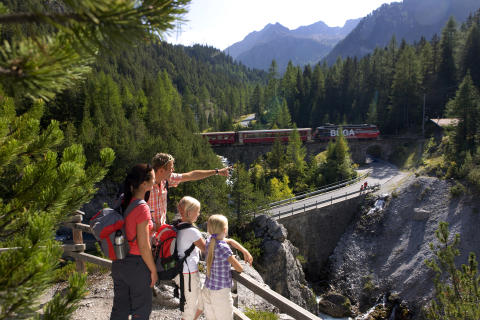 Familie auf dem Bahnerlebnisweg Albula