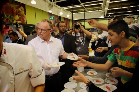 Her kjører fiskeriministeren kokkeshow på supermarkedet i Iran