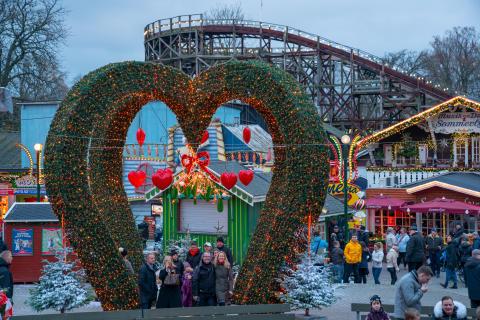 Glade gæster under misteltenen til Jul på Bakken