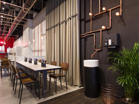Villeroy & Boch dans le fameux restaurant de cuisine indienne de rue – céramique sanitaire et art de la table chez eatDOORI, Francfort