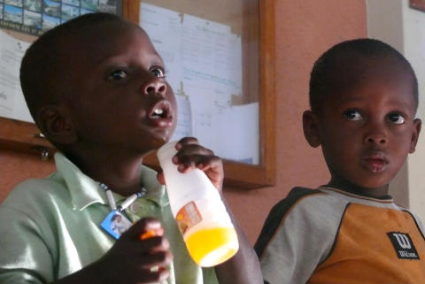 Pojke får vatten i SOS-Barnbyn Santo, Haiti