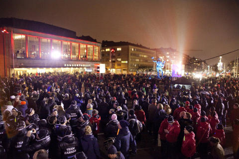 Tusentals göteborgare och besökare firar in 2017 på Götaplatsen