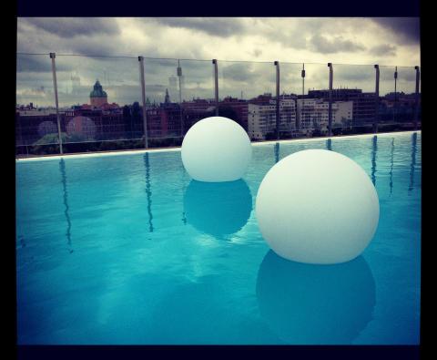 GP MoodLite skapar stämning hos Clarion Sign - simma på taket bland flytande ljusglober.