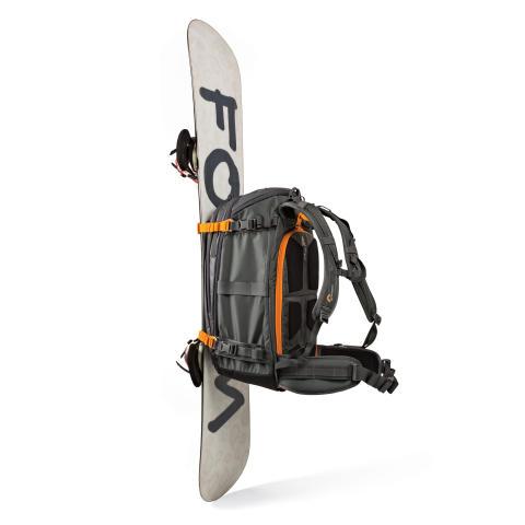 Lowepro Whistler BP450 AW med snowboard