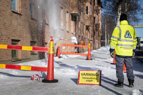 Avspärrning på trottoar vid takskottning