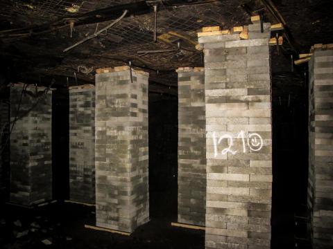 200 søyler bygget av spesialproduserte Leca-blokker holder tunneltaket oppe i gruvene til Store Norske Kulkompani på Svalbard