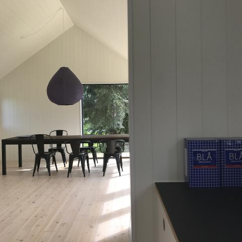 Et kig fra køkken til stue i Mønhuset
