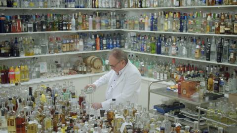 Per Hermansson blandar i sitt labb.