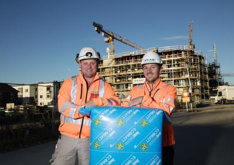 Brf Honnören isoleres med EcoBatt fra Knauf Insulation. Mats Stenman og Viktor Gustafsson er fornøyde med pris og kvalitet – og tømrerne er fornøyde med at de fikk akkurat den isoleringen de vil jobbe med.
