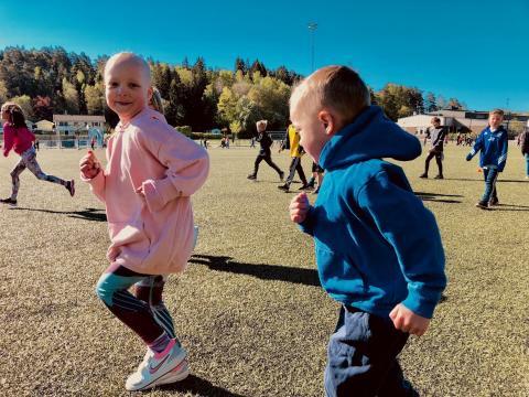 Skolelever sprang ihop 8 miljoner till Barncancerfonden