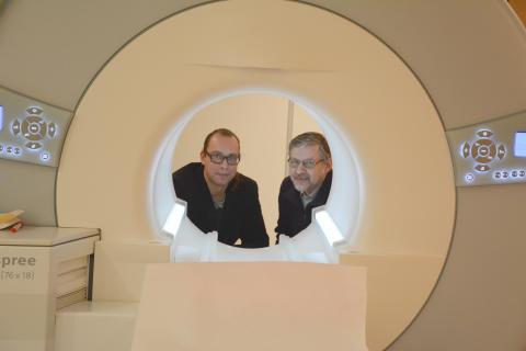 Tufve Nyholm och Mikael Karlsson, strålningsfysiker vid Norrlands universitetssjukhus.