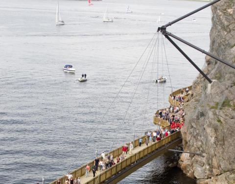 Klätterspecialister besiktigar Strandpromenadens hängbro