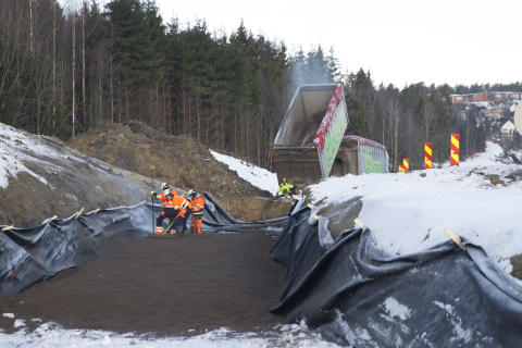 Som en del av en sammenhengende gang- og sykkelvei mellom Ås og Drøbak, er nesten to kilometer bygget på Leca Lettklinker