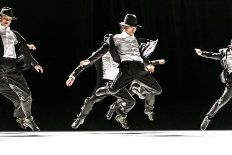 Decadance av Ohad Naharin. Fr v: Emilía Gísladóttir, Takuya Fujisawa och dansare från GöteborgsOperans Danskompani . Foto: Mats Bäcker