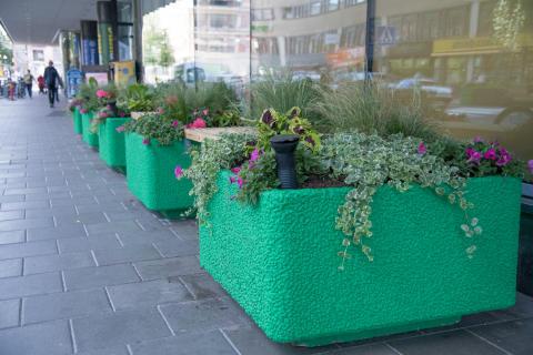 Sittplatser på Drottninggatan vid Näbbtorget.