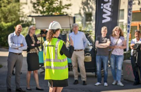 Lindbäcks, HEBA och Wästbygg, som ligger bakom projektet, träffades i veckan för att på nära håll se när en modul lyftes på plats vid byggnationen av 84 ungdomslägenheter i Hökarängen.