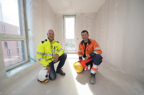 – En meget bra gulvløsning, sier (f.v.) Frank Nornberg, salgsingeniør i Weber, og Tage Lilleberg fra Søbstad AS.