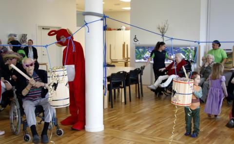 Både ældre og yngre slog katten af tønden på Langagergård Plejecenter