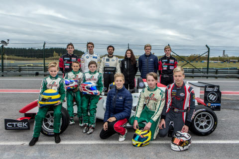 Racingpristagare testar med Prins Carl Philip på Karlskoga Motorstadion