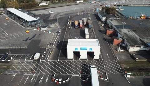 Översiktsbild för check-in för personbilar respektive lastbilar i Trelleborgs Hamn