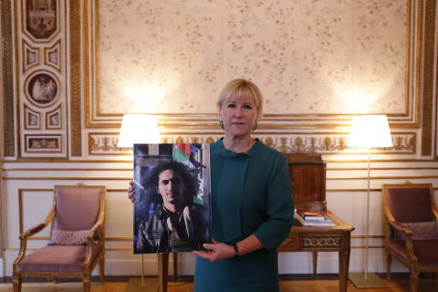 Swedish Minister for Foreign Affairs Margot Wallström, holding picture of Abdullah al-Khateeb