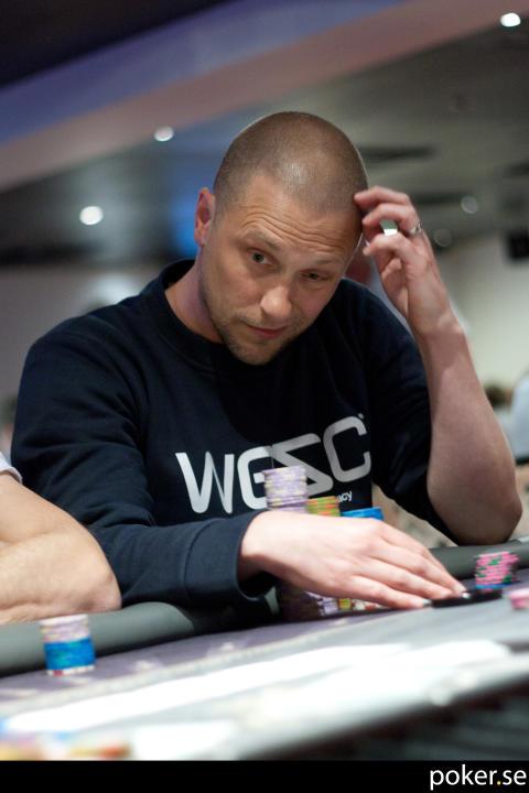 Magnus Betnér koncentrerad vid pokerbordet