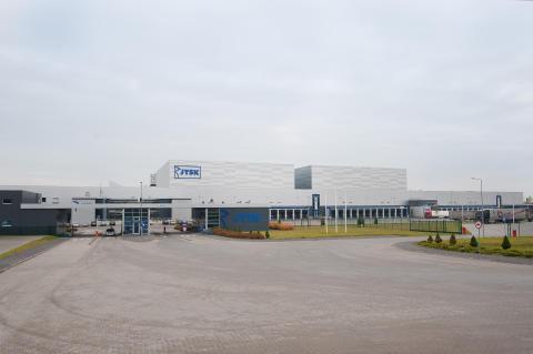 Under 2010 flyttade samarbetet mot öst, SSI Schäfer valdes som systemleverantör till JYSKs 100 000 m2 stora logistikcenter i Polen.