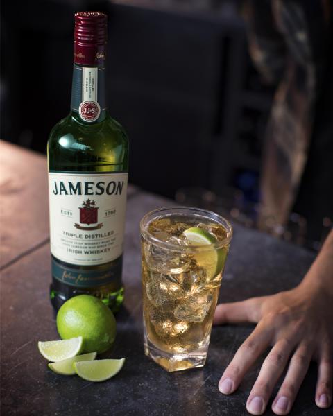 "Fokus-Drink ""Jameson, Ginger Ale & Lime"" im Highball Glas"