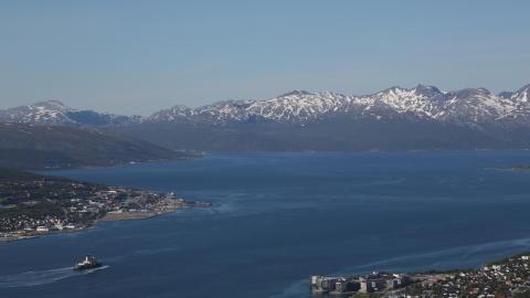 Oden lämnar Tromsöfjorden på väg till Arktiska Oceanen