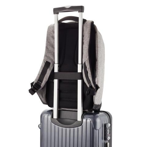 Den stöldskyddade ryggäcken kan lätt fästas på reseväskan