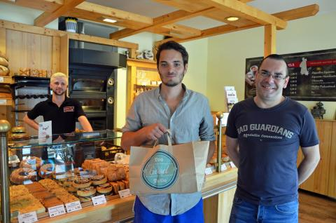 Too Good To Go: Axel Rösch und Bäckerei-Inhaber Patrick Schülke mit der 15.000. geretteten Mahlzeit in Seidels Klosterbäckei