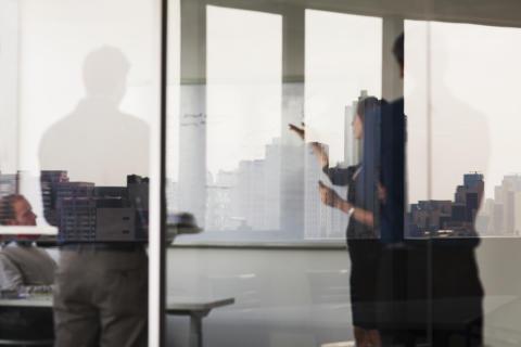 Uusi opas tarjoaa käytännön ohjeita seksuaalisen häirinnän torjumiseksi työpaikoilla