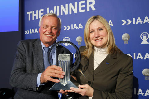 "Barb Samardzich, Vicepresident for produktutvikling, Ford of Europe og Pieter Wieman, styreformann av den internasjonale ""Van of the Year"" juryen"