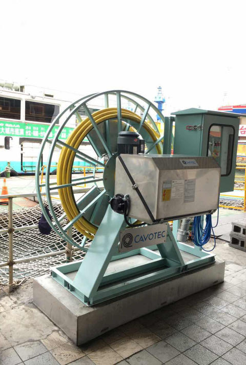 Charging unit used to connect an e-ferry to electrical power
