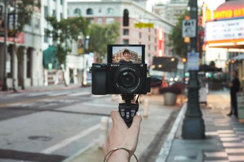 Две новые модели беззеркальных камер Sony формата APS-C скоро в России